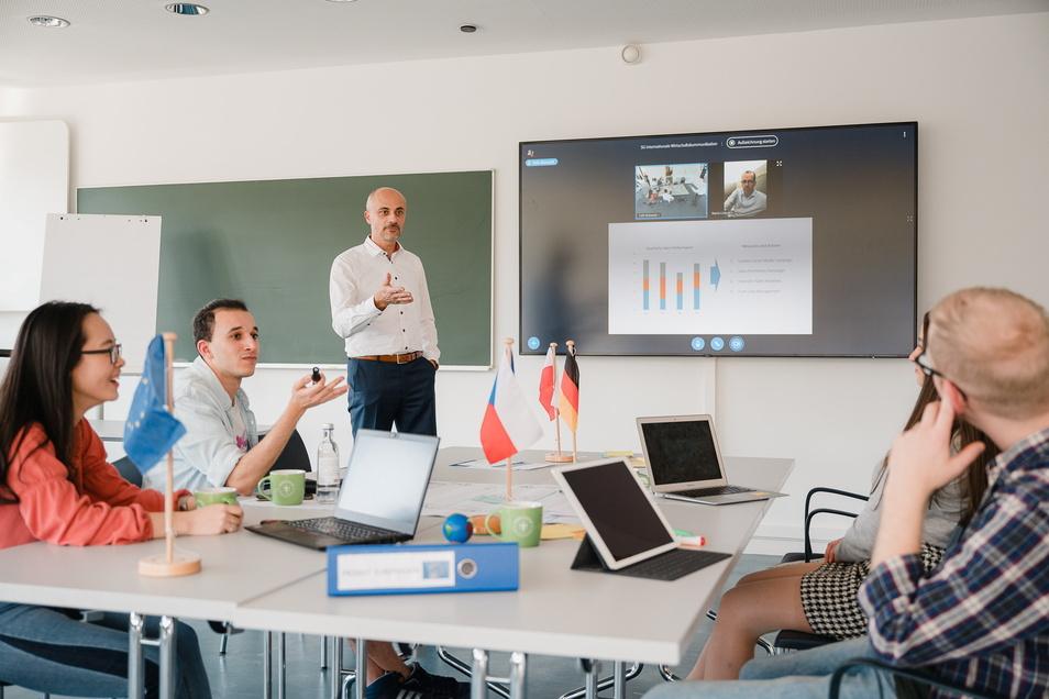 So könnte er aussehen, der neue Görlitzer Studiengang Internationale Wirtschaftskommunikation. Stehend: Prof. Falk Maiwald, Prodekan der Fakultät Management- und Kulturwissenschaften.