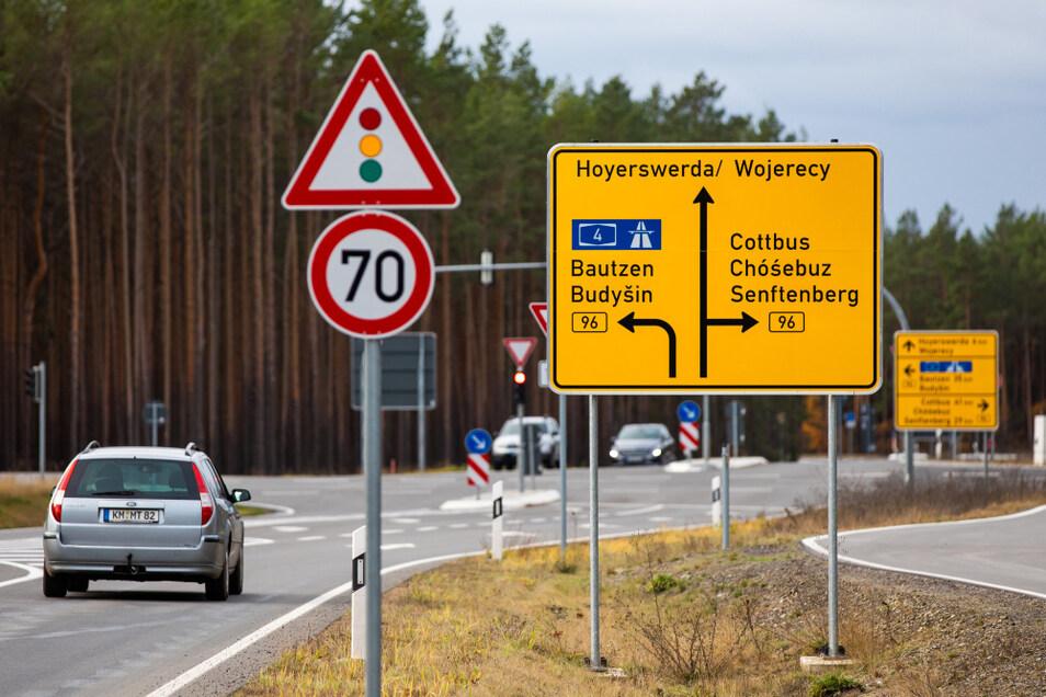 """Hier zu sehen: vorn ein """"gegliederter Vorwegweiser"""" – Verkehrszeichen 439, im Hintergrund ein """"Tabellenwegweiser"""" – Verkehrszeichen 434."""