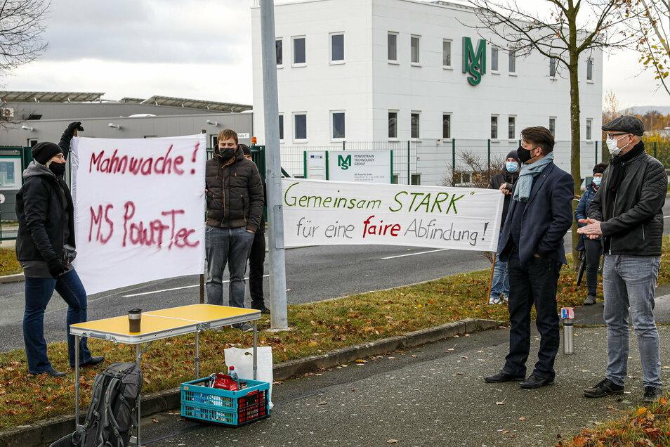 Zittaus OB Thomas Zenker und Mittelherwigsdorfs Bürgermeister Markus Hallmann (rechts) bezogen heute früh Position und stellten sich an die Seite der gekündigten Mitarbeiter von MS Powertec.