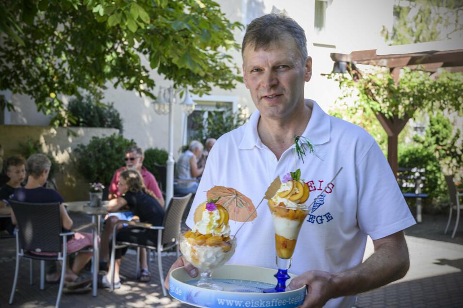 Inhaber Mario Tege in seinem Koselitzer Eiscafé: An Gästen mangelt es dem Lokal nicht. Besonders gefragt: Eisbecher, wie hier mit Pfirsichgeschmack.