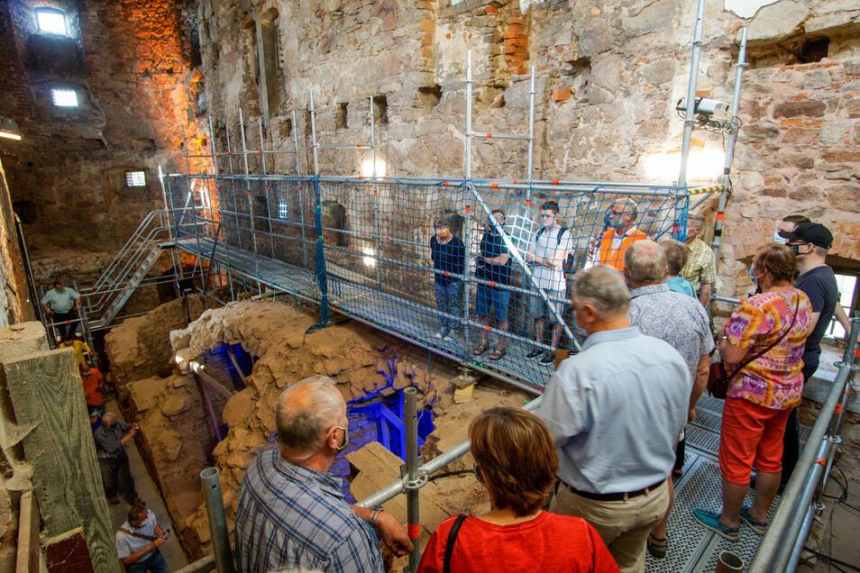 Am vergangenen Sonntag führte etwa Theaterintendant Lutz Hillmann (orange Weste) Gruppen mit bis zu 15 Personen durch das Langhaus an dem sich der Burgwasserturm befindet (hinten).