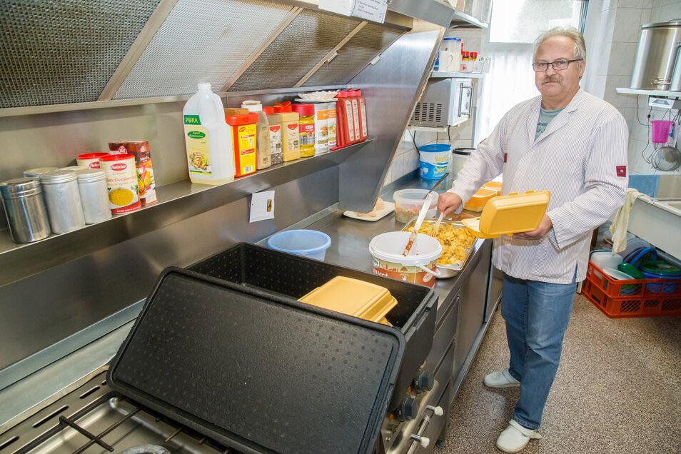 Frank Jutzi kocht Mittagessen und fährt größere Bestellungen aus.