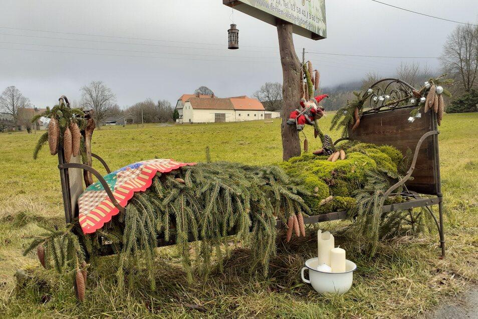 """Heidi Melde aus Saalendorf hat in dem Bett einst geschlafen und nun geschmückt. Der sommerliche Bettbezug musste einer Moos- und Fichtendeko weichen. """"Vielleicht macht ja der Weihnachtsmann auf seiner anstrengenden Tour ein Nickerchen darin."""""""