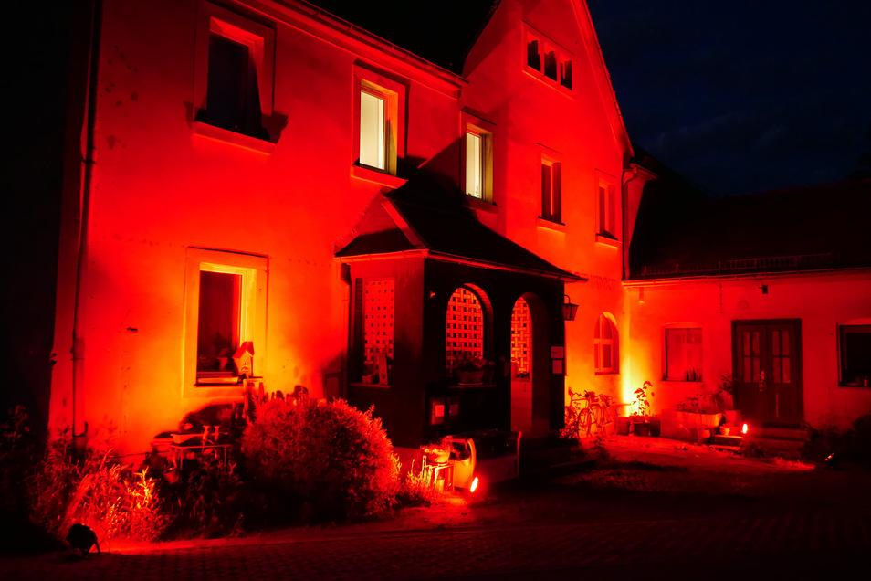 Die Knorpelschänke in Feldschlößchen, Sitz der Eventagentur B&B, wurde in der vergangenen Nacht ebenfalls mit rotem Licht angestrahlt.