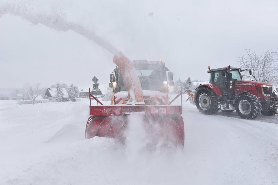 Im Osterzgebirge geht bei solchem Wetter nichts ohne die Schneefräse. Die Winterdienstfahrzeuge sind in mehreren Schichten unterwegs.