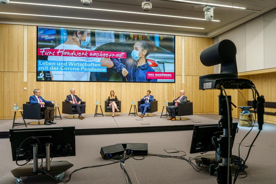 Das Handwerk kann auch digital nachfragen: Im Livestream lassen die Diskussionsteilnehmer ihre Masken fallen - mit Abstand.