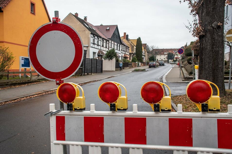 Seit Montag ist die Herrmannstraße in Roßwein gesperrt. Ein Stück Asphaltdecke musste erneuert werden. Weitere Arbeiten erfolgen ab Donnerstag ohne Vollsperrung.