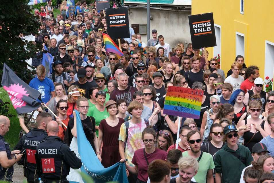 Rund 300 Demonstranten marschieren friedlich gegen rechte Gewalt durch Ostritz.