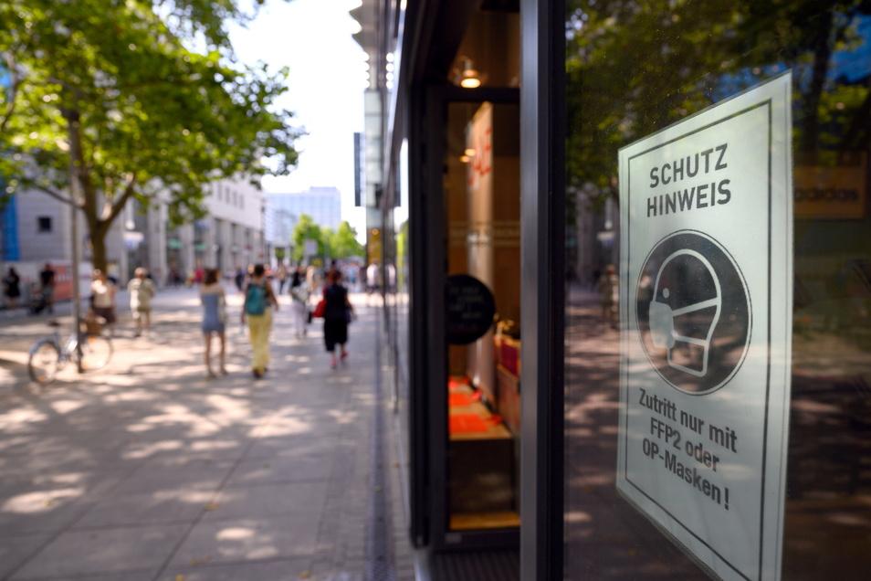 Die Maskenpflicht gilt wie in diesem Geschäft auf der Prager Straße weiter, Zugang nur für Geimpfte und Genesene wird es im Handel nicht geben.