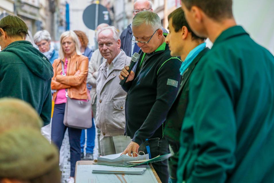 Roland Höhne vom Bauamt erklärte den Anwesenden, warum die Innere Weberstraße so wie geplant umgebaut werden soll.