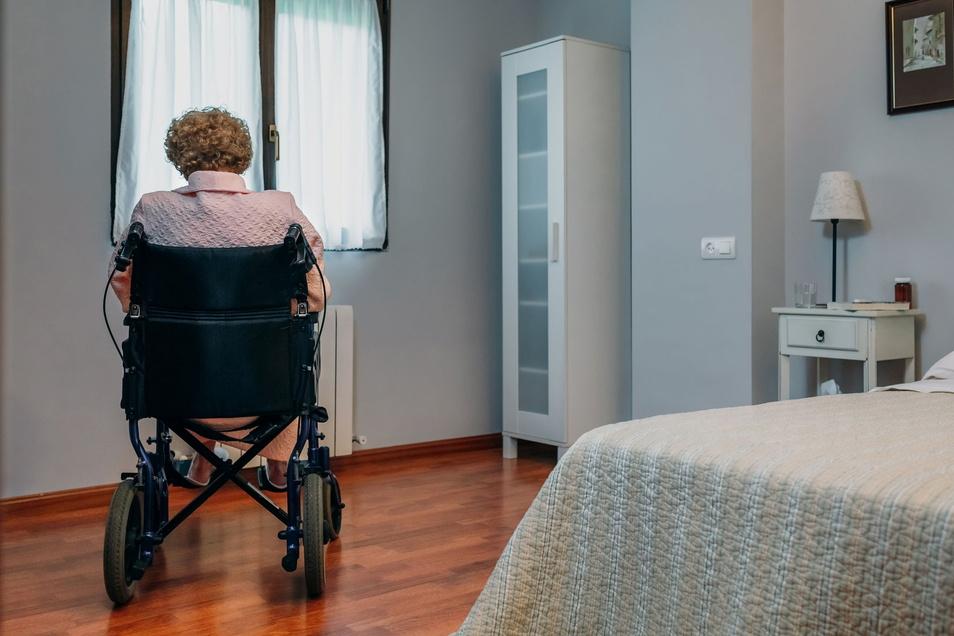 Geschützt, aber einsam: Eine Seniorin in der Corona-Zeit in einem Pflegeheim.