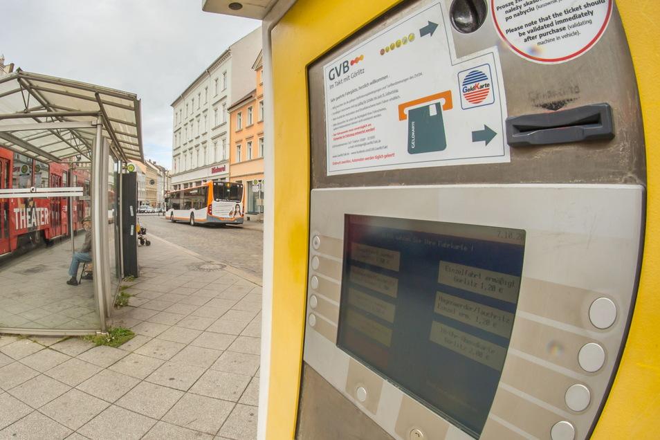 Die alten Fahrscheinautomaten – wie hier am Görlitzer Demianiplatz – haben bald ausgedient. Bis Oktober sollen die Nachfolger aufgebaut werden.