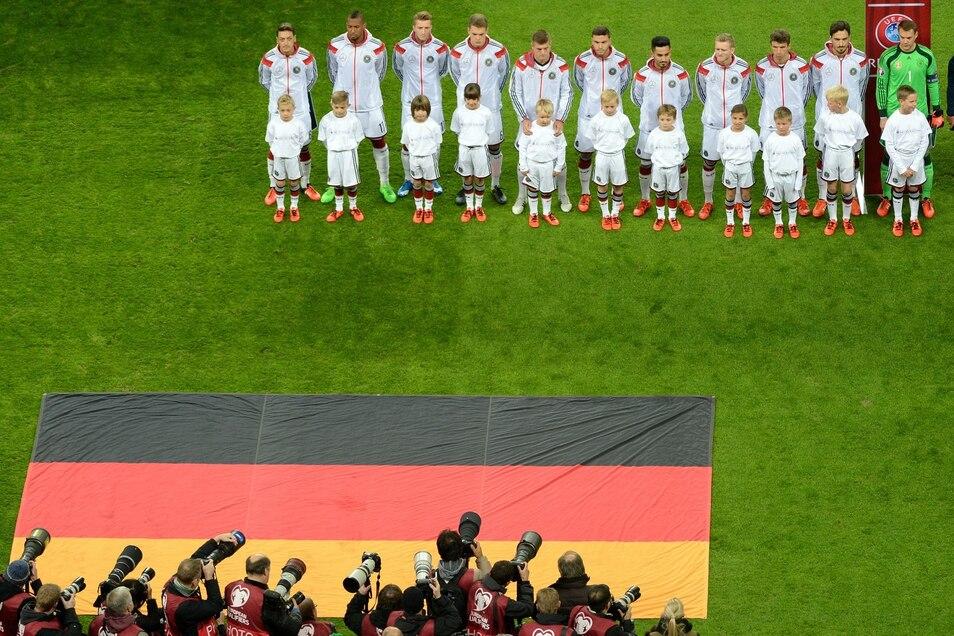 Die deutschen Nationalspieler 2015 bei der Nationalhymne vor dem Qualifikation-Spiel gegen Georgien.