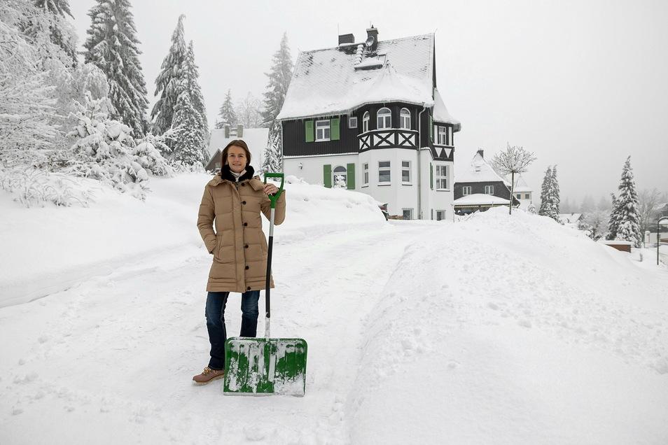 Nicole Kraut vor ihrer verschneiten Villa in Oberbärenburg. Den Schnee muss sie nur für sich selbst wegschippen.