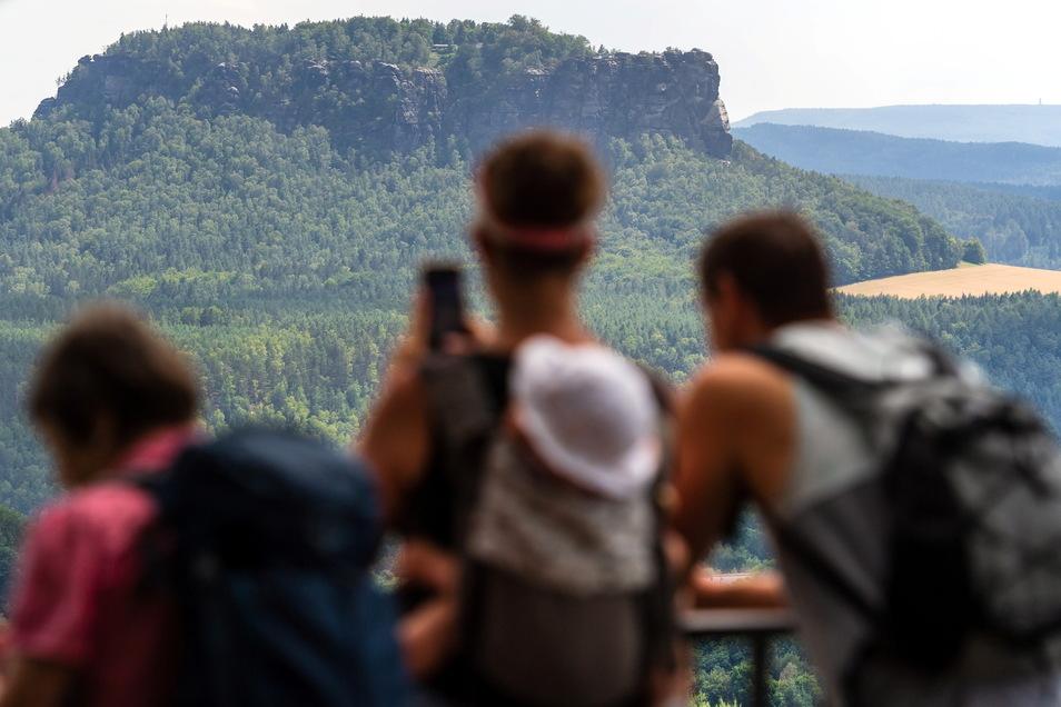 Touristen bewundern von der Bastei die Aussicht auf den Lilienstein.