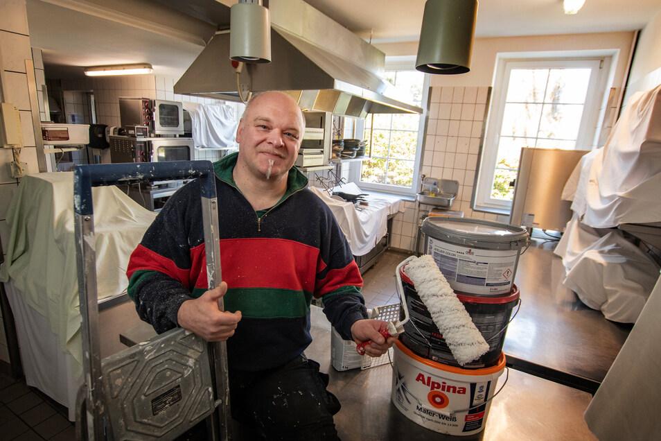 Torsten Koschinsky, Inhaber des Hotels Weiße Taube in Döbeln, nutzt die Zwangspause unter anderem für Renovierungsarbeiten und eine Grundreinigung in der Küche. Er hofft, dass der Betrieb Ende Mai wieder aufgenommen erden kann.