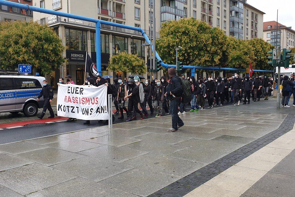 """Mehr als 200 Menschen nahmen an einer Demonstration gegen """"Querdenken"""" und Pegida teil."""
