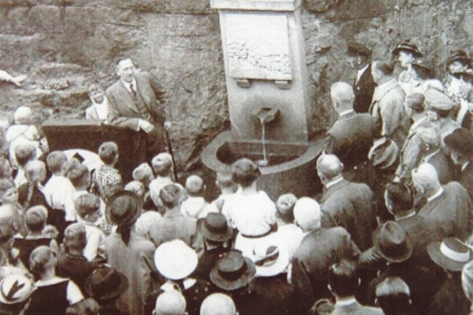 Einweihung des Brunnens im Jahr 1938.