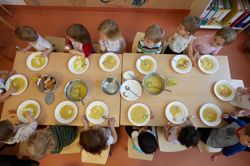 Falls in Sachsen künftig jedes Kitakind eine warme Mahlzeit kostenlos bekommen sollte, wird das für den Freistaat teuer.