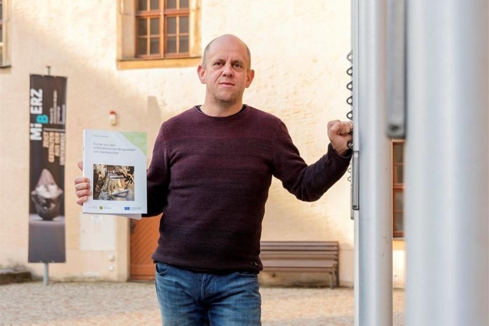 Vor dem Museum steht Frank Schröder mit seinem neuen Buch über den Bergbau in Niederpöbel.