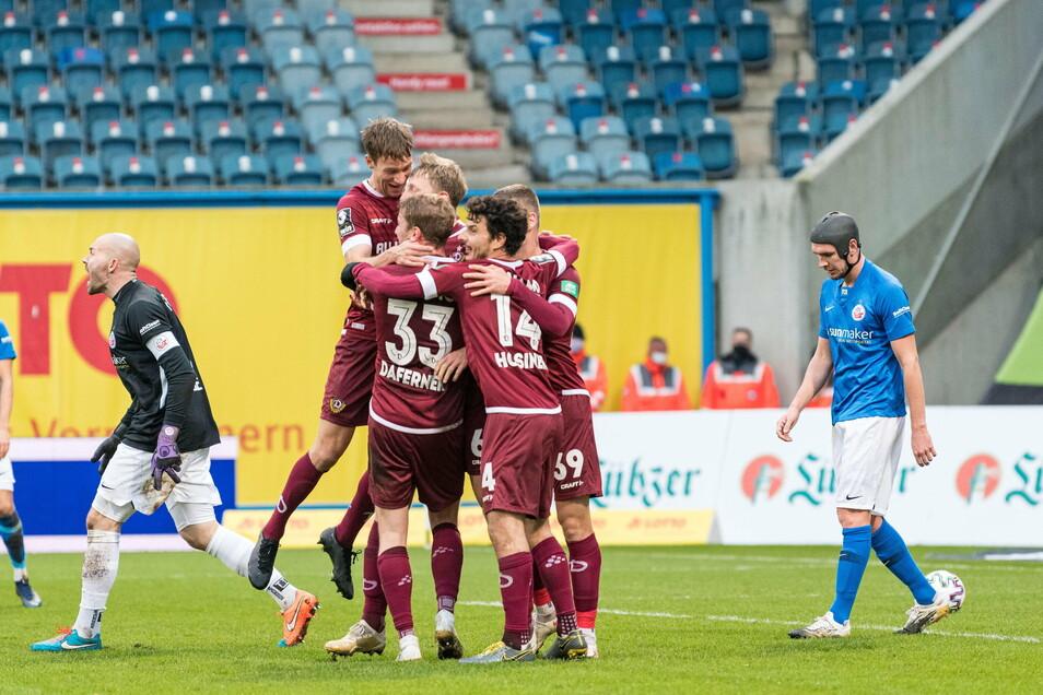 Die Mannschaft freut mit dem Torschützen Marco Hartmann über das 2:0. In bester Stürmer-Manier hatte der Routiner den Ball an Hansa-Torwart Markus Kolke vorbei ins Tor bugsiert.