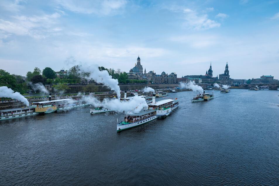 Ein Höhepunkt für die Dresdner und für Touristen: Alle Schiffe fahren gleichzeitig ab. Tausende auf den Schiffen und Tausende Zuschauer verfolgen dieses Spektakel regelmäßig. Es gehört fest zum Dresdner Veranstaltungskalender.