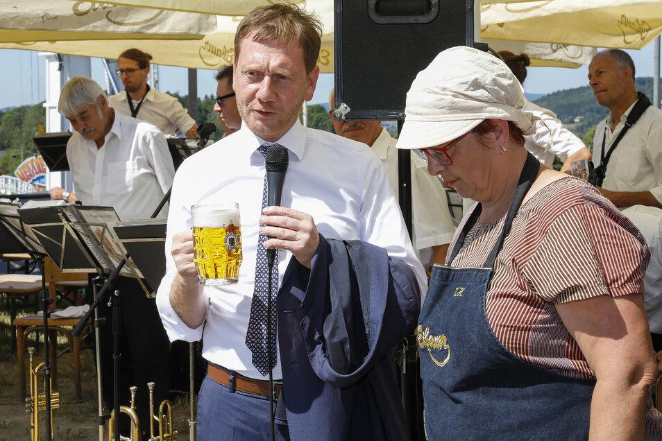 Abkühlung: Auch der Ministerpräsident Michael Kretschmer griff zum Frischgezapften.