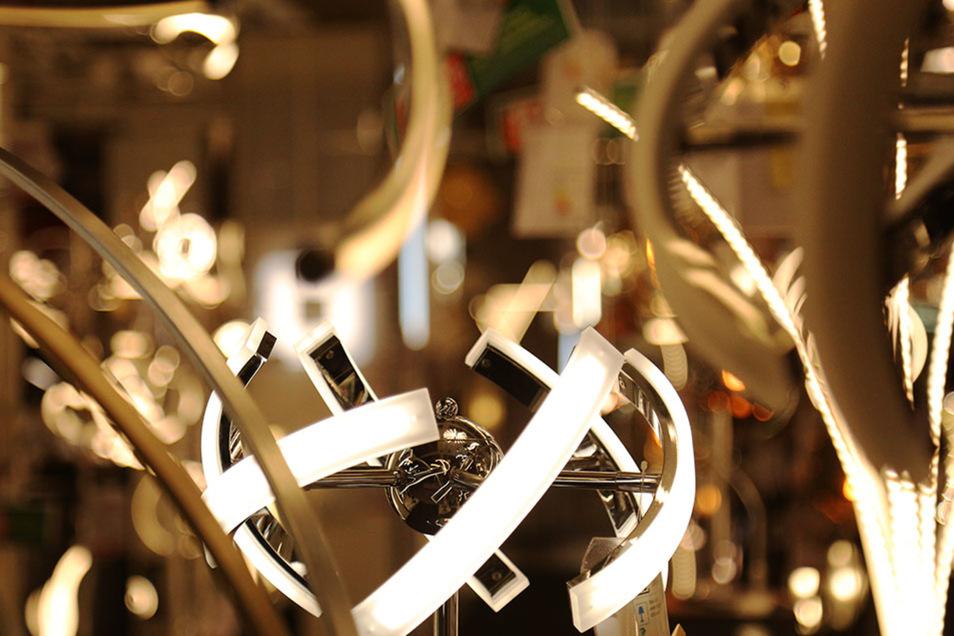 Bei Möbel Höffner können den Kunden gleich mehrere Lichter aufgehen - in der Lampenabteilung.