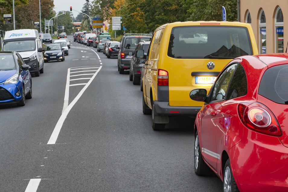 Jeder Nachmittag, selbe Zeit: Seitdem die Mülbitzer Straße komplett gesperrt ist und auch noch an der Öhringer Straße gebaut wird, brauchen die Großenhainer Autofahrer Geduld.