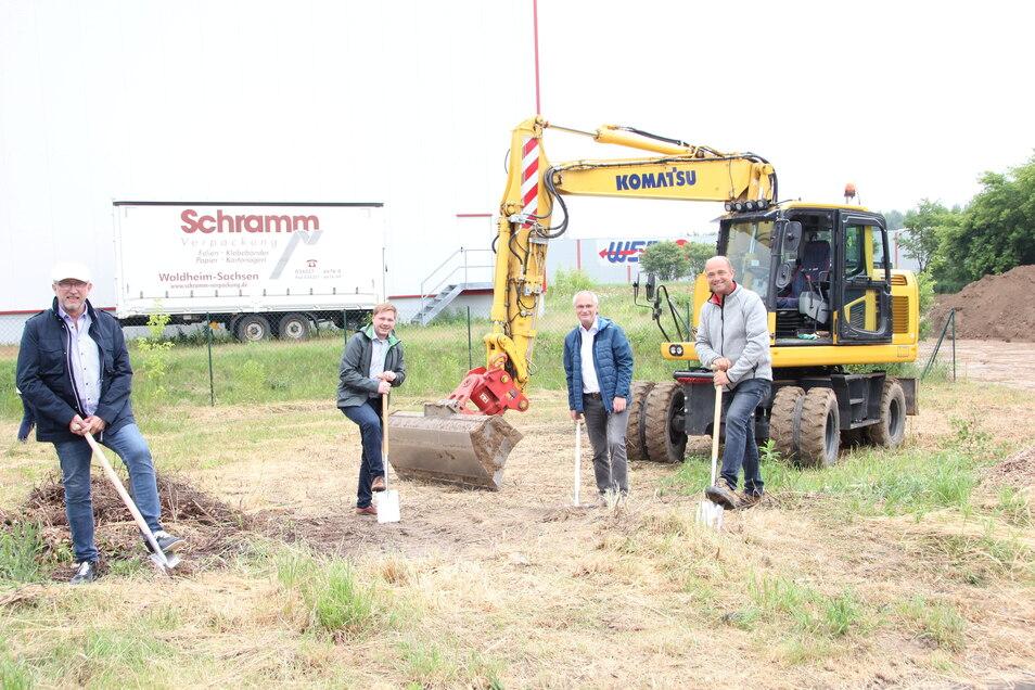 Erster Spatenstich in Waldheim: Dieter Voigtländer, Tom Graeber, Uwe Graeber und Enrico Häuptner (von links) starteten symbolisch den Bau einer neuen Fertigungshalle der Firma Schramm Verpackung im Gewerbegebiet.