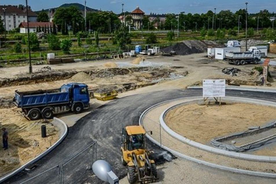 Wo der blaue Lkw steht, ist künftig die Einfahrt in den neuen Busbahnhof zu finden. Der Bau des Kreisverkehrs davor auf Bahnhof- und Salomonstraße geht sichtbar voran.