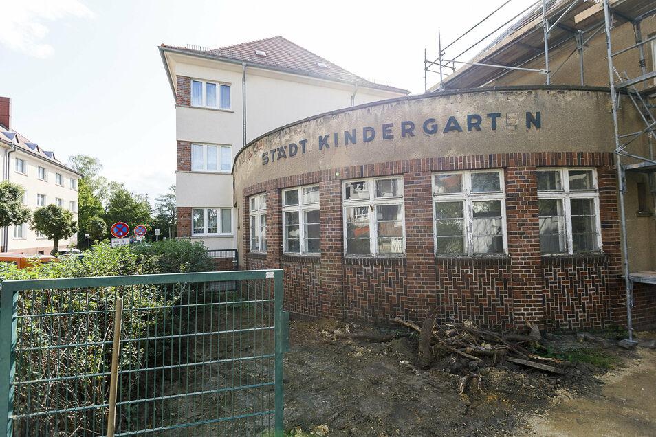 """Die Fassade des ehemaligen Kindergartens ist sehr markant. Der Schriftzug soll erhalten bleiben und der fehlende Punkt sowie das fehlende """"E"""" irgendwann sogar ersetzt werden."""