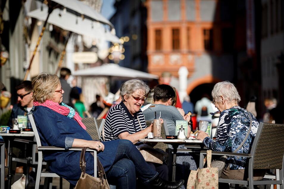 Menschen in der Görlitzer Altstadt genießen das schöne Wetter.