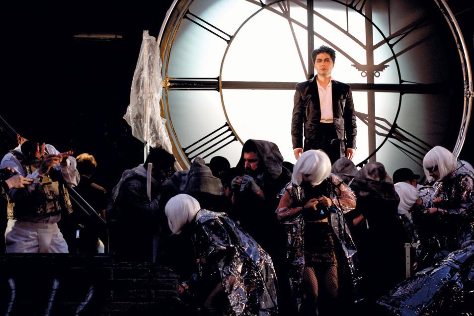 Ji-Su Park als Mackie Messer in der Dreigroschenoper.