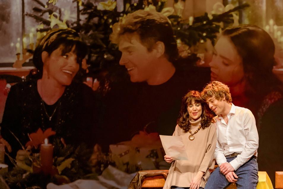 Im Hintergrund werden immer wieder originale Szenen eingespielt.
