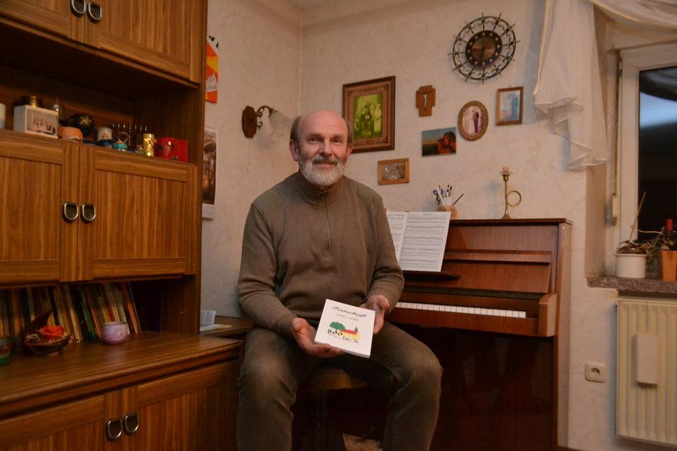Der Linzer Ortschronist Frank Schneider mit der Festschrift zur 800-Jahrfeier. Die Broschüre kann in der Bäckerei Lerch und der Schönfelder Gemeindeverwaltung erworben werden.