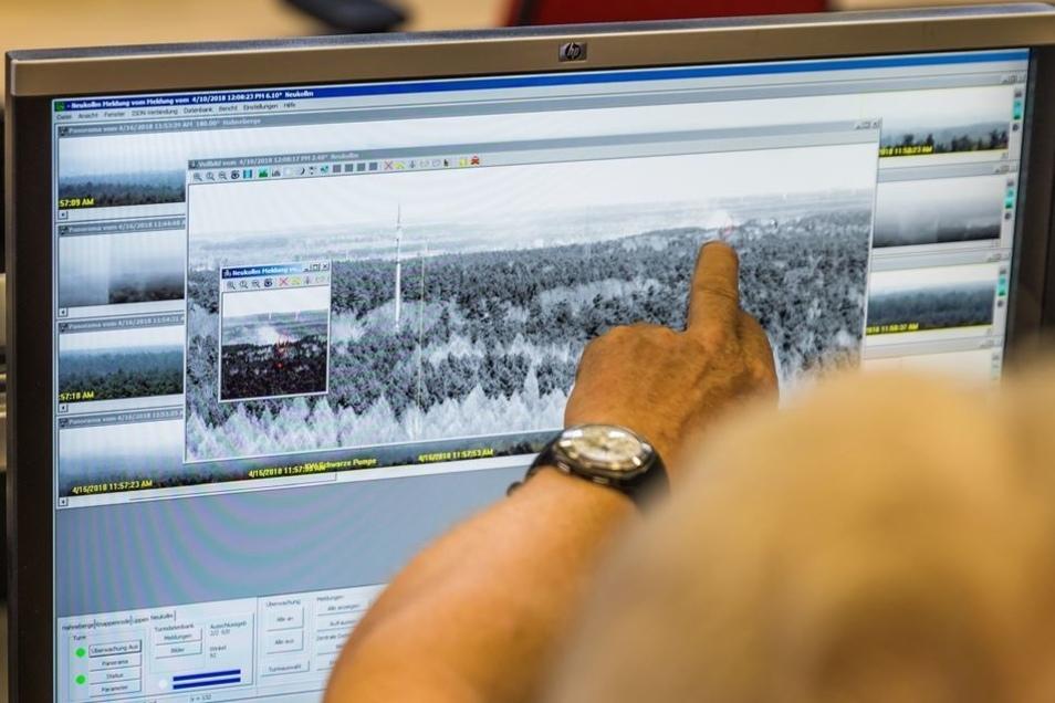 In der zentralen Rettungsleitstelle für Ostsachsen in Hoyerswerda laufen die Kamerabilder von den Waldbrand-Wachtürmen zusammen.