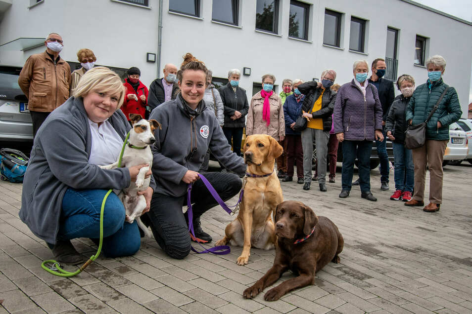 Jessica Neumann (links) und Sarah Unger von der DRK-Rettungshundestaffel Westsachsen waren zu Gast bei der Wohnungsgenossenschaft Fortschritt und zeigten, was ihre Hunde Giro, Mira und Wilma draufhaben.
