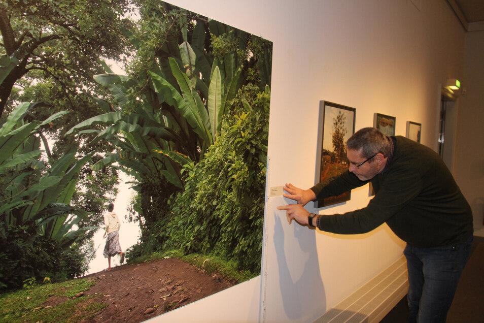 """Die Sonderausstellung """"Baxxe : Heimat"""" im Bautzener Museum zeigt Fotos aus Äthiopien. Museumsdirektor Jürgen Vollbrecht freut sich, dass sie länger als ursprünglich geplant gezeigt werden kann."""