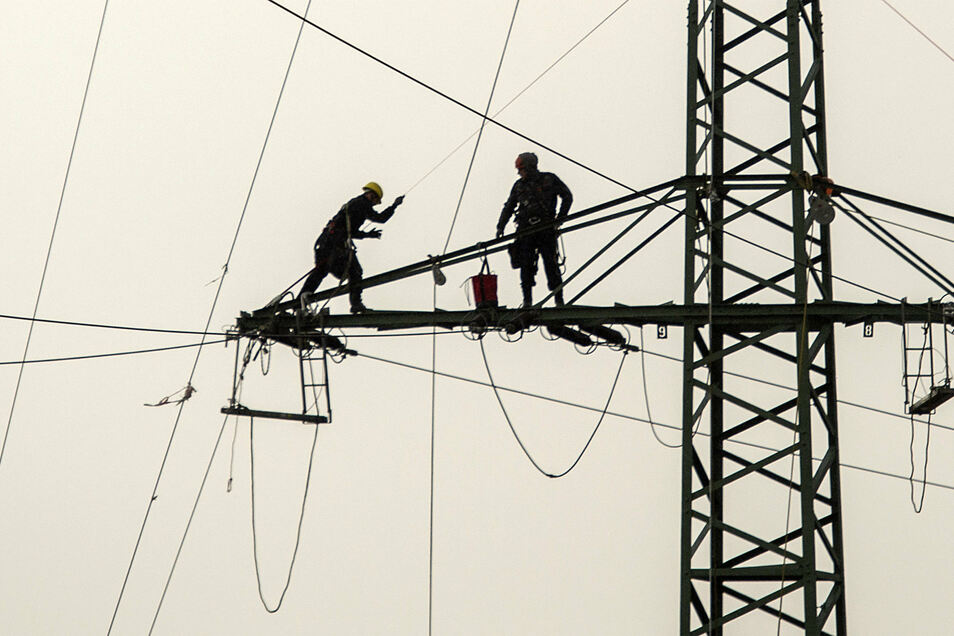 Spezialisten haben in den vergangenen Tagen auf Hochspannungsmasten in Radebeul-West die Leitungen entfernt.