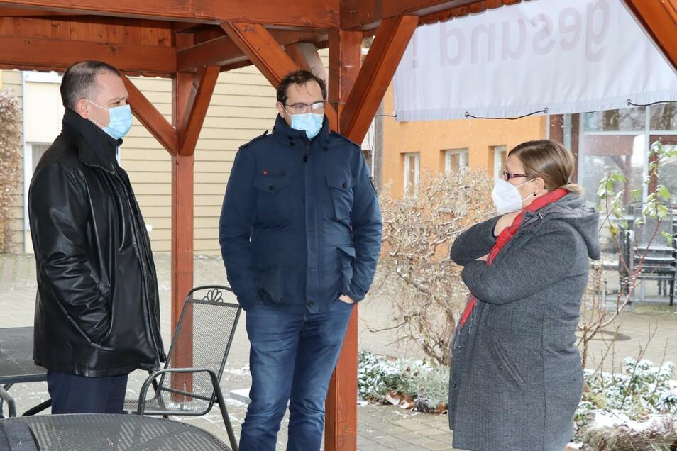 Landrat Ralf Hänsel (l.) und Falk Hentschel, Bürgermeister der Gemeinde Ebersbach (M.), im Gespräch mit der Röderner Pflegeheimleiterin Claudia Zumpe.