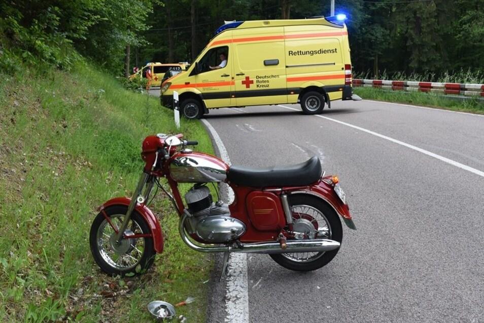 Mit dieser Jawa sind ein 70-Jähriger und eine 63-jährige Mitfahrerin verunglückt. Beide wurden bei dem Sturz verletzt.