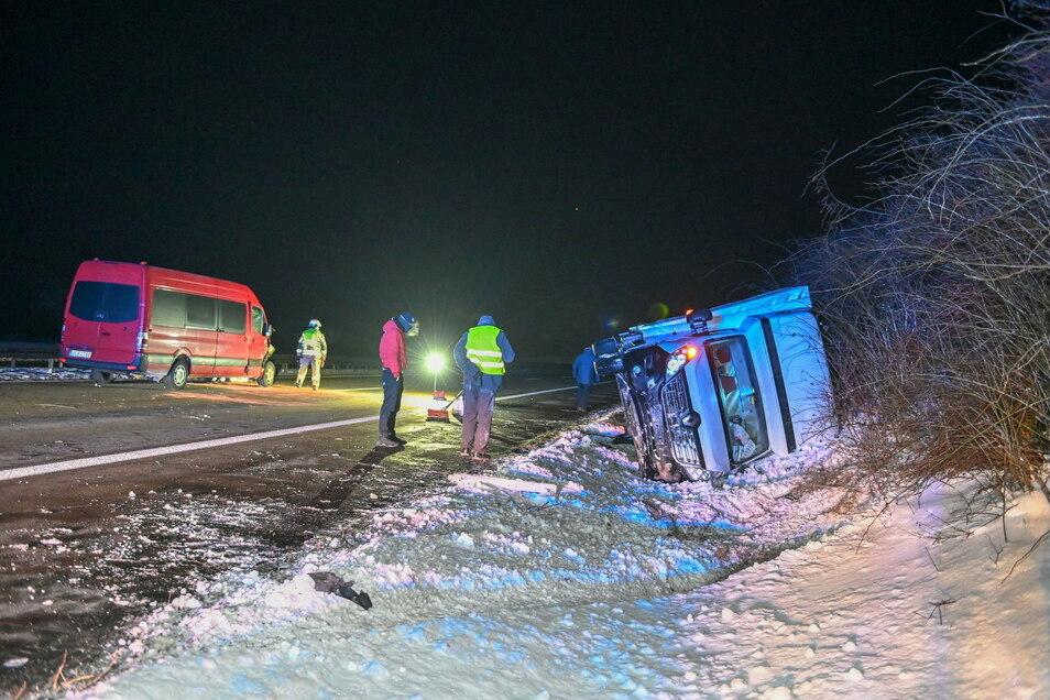 Aus bislang ungeklärter Ursache kam es am Wochenende zu einem Auffahrunfall zwischen zwei Transportern der A 4. Einer von beiden kam erst zum Stillstand, nachdem er entgegen der Fahrtrichtung in den Graben gekippt war.