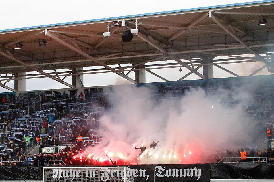 Beim Spiel des Chemnitzer FC gegen VSG Altglienicke zündeten FC-Fans Bengalos, um an einen verstorbenen Rechtsextremen zu gedenken. Danach musste sich der FC von seinem Sicherheitsdienst trennen. Jetzt gibt es Streit ums Geld mit der Nachfolger-Firma.