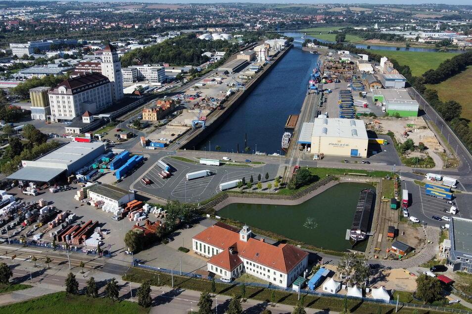Der Alberthafen. Das Becken ist nur noch etwa halb so groß wie vor 120 Jahren. So entstand Platz für Gewerbe.
