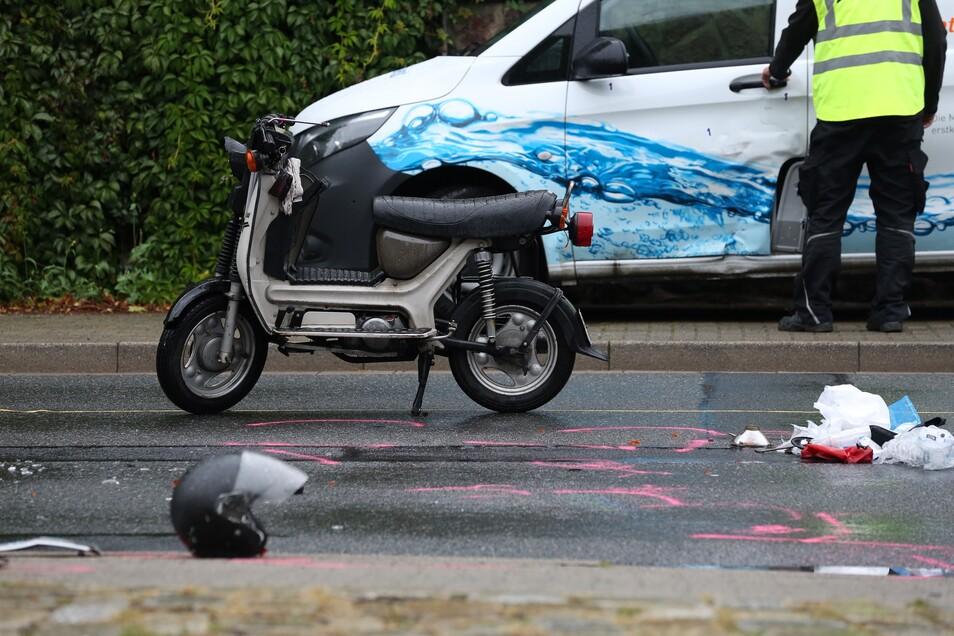 Die Dresdner Polizei ermittelt zu einem Unfall zwischen einem Kleintransporter und einem Moped, bei dem der Simsonfahrer tödlich verletzt wurde.