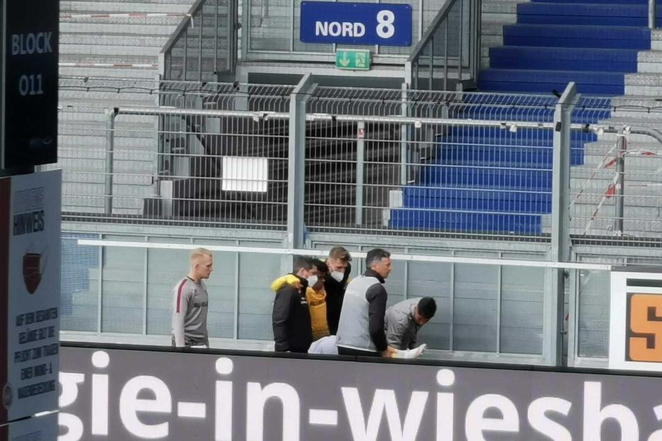 Ransford-Yeboah Königsdörffer muss aus dem Innenraum getragen werden, er hat sich am Knie verletzt.