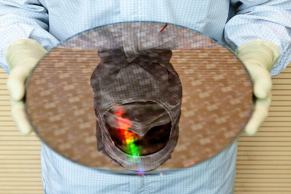 Zumindest mit der Maskenpflicht dürften die Beschäftigten keine Schwierigkeiten haben: In den Reinräumen von Infineon und anderen Chipherstellern sind Masken schon immer vorgeschrieben