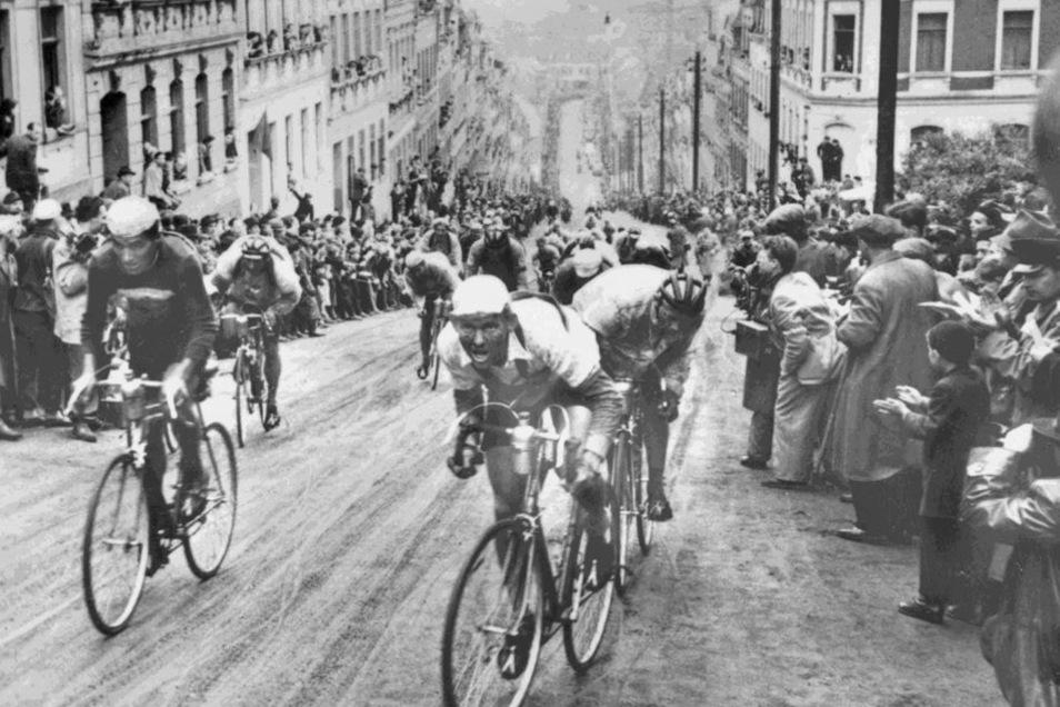 """Prüfung: Die Steile Wand in Meerane erklimmt 1953 Lothar Meister (r.) als Erster. Die Steigung von zwölf Prozent macht diese Straße - die heute """"An der Steilen Wand"""" heißt - zu einer Härteprüfung."""
