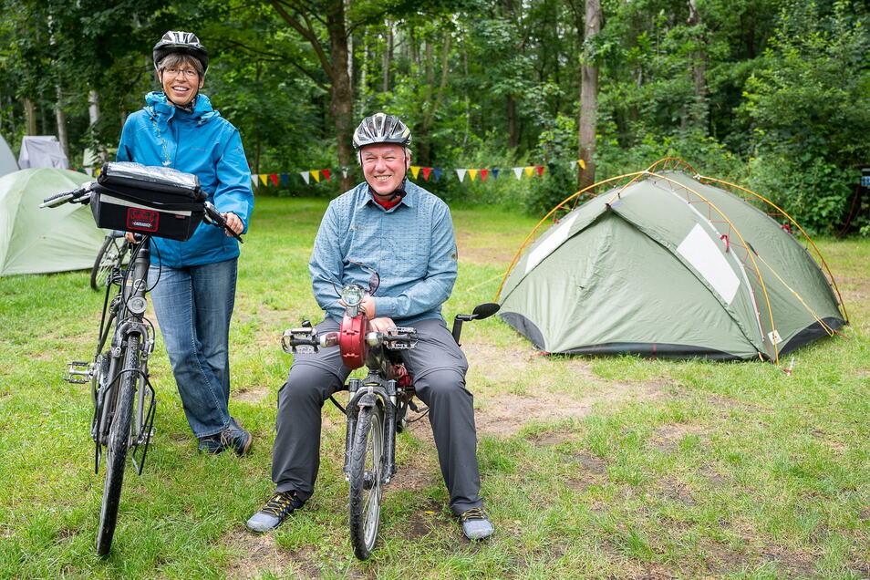Elisabeth Seiler (li.) und Udo Scherer sind mit dem Fahrrad unterwegs in Ostsachsen. Aktuell campen sie im Kühlhaus in Görlitz.